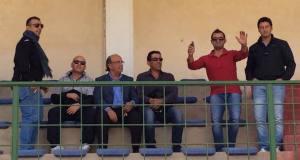 Il Presidente Piero Salvaggio e il direttore sportivo Liborio D'Anna con alcuni sostenitori che incitano la squadra dagli spalti